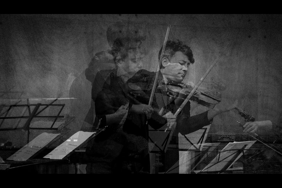El violín que persigue al silencio