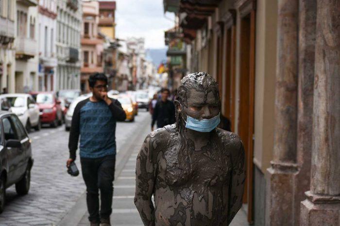 """""""Hombre de lodo"""", acción pública del artista Benvenuto Chavajay en Ecuador"""