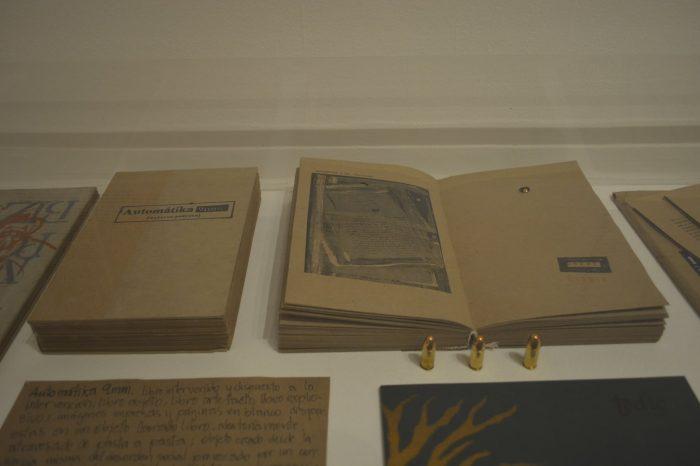 Container Expansivo: instalación de libros objeto